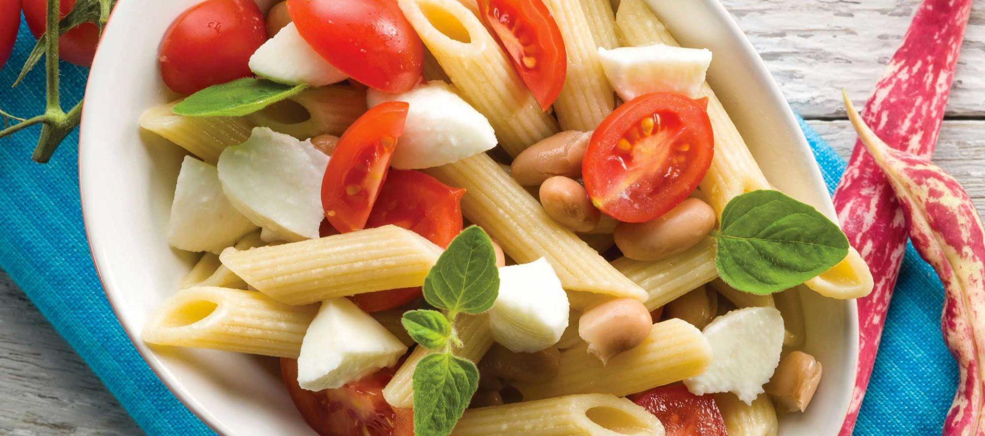 Pasta con mozzarella, tomates cereza y aceitunas