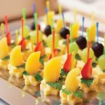 Canapes.with.frutas.con..queso