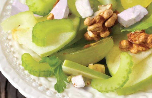 Ensalada de apio, manzana, nueces y uvas