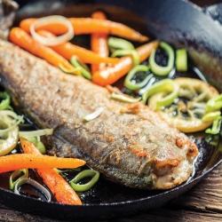 Lubina frita con verduras